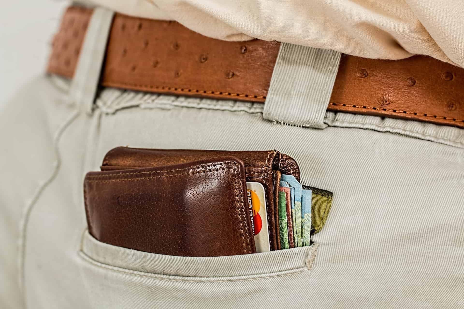 dompt pria di kantong