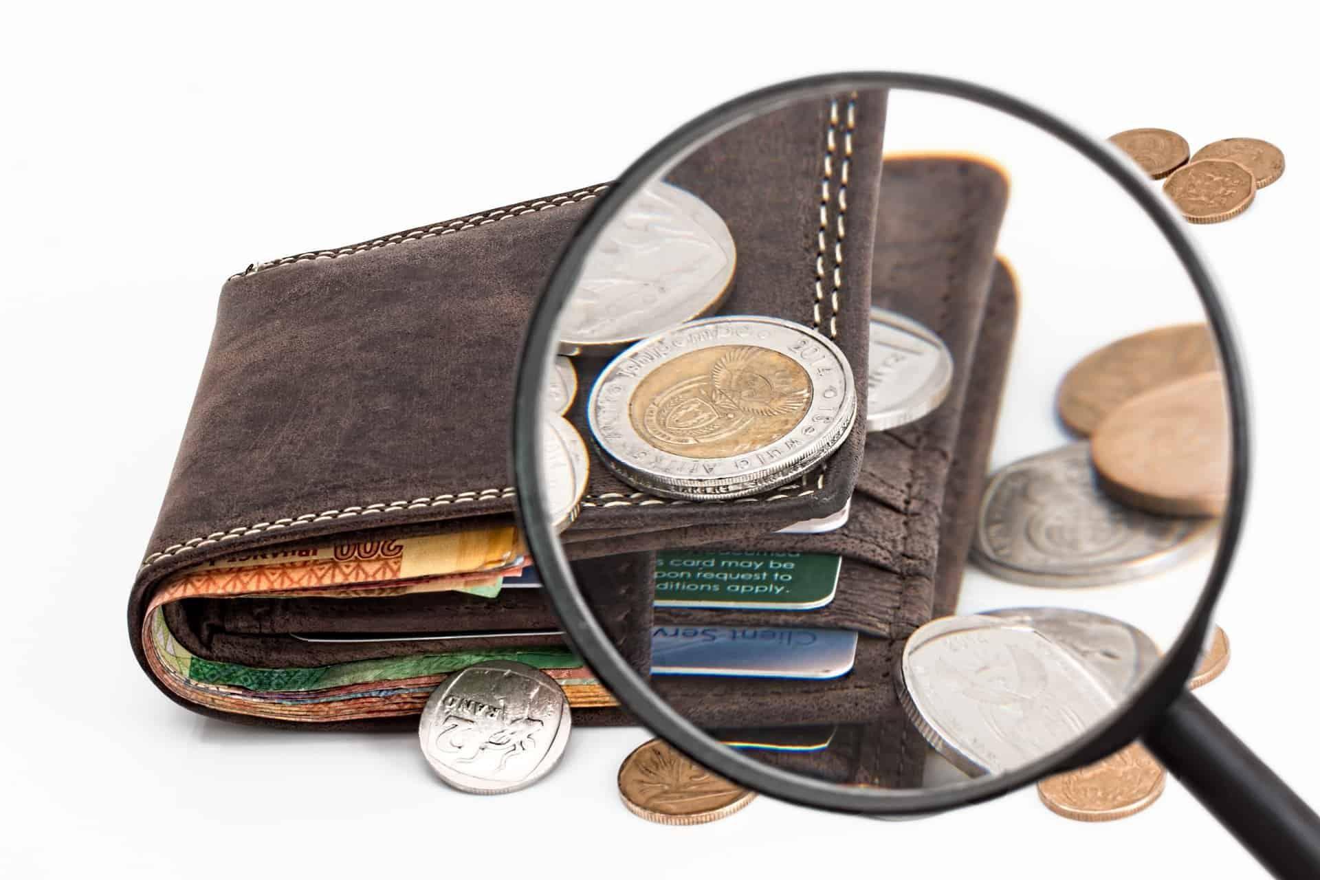 dompet pria dan koin